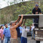 Telhas são entregues no bairro Vila Aparecida