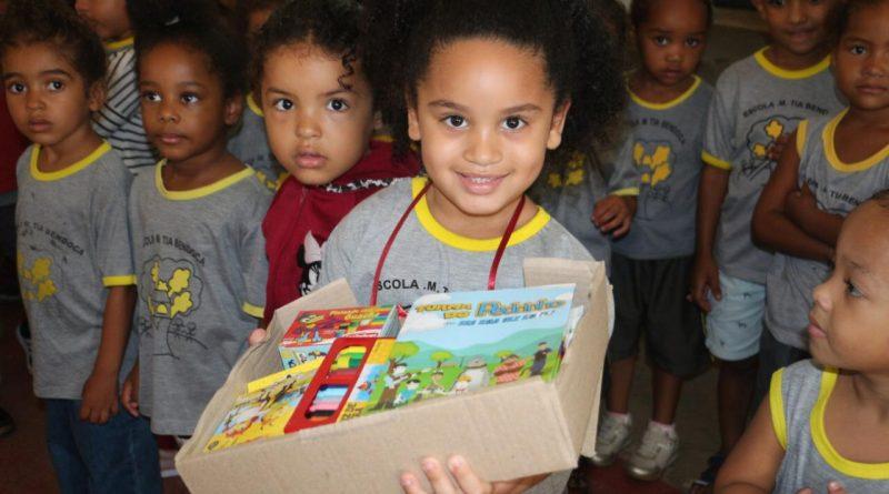 Pela primeira vez alunos da rede municipal recebem kits escolares
